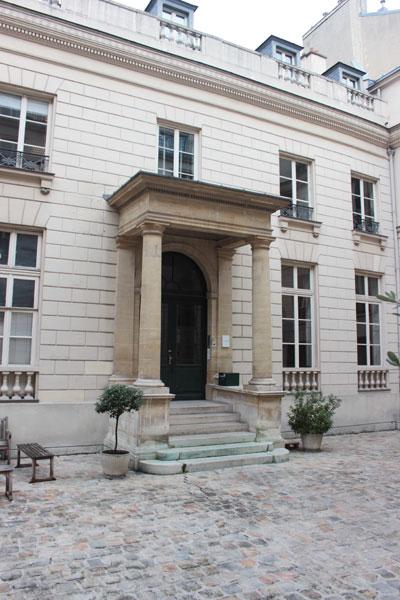 L'hôtel de Botterel-Quintin - Le portique précédent la porte d'entrée