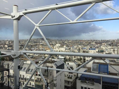 Le centre Pompidou : la vue sur le nord de paris depuis une galerie d'exposition