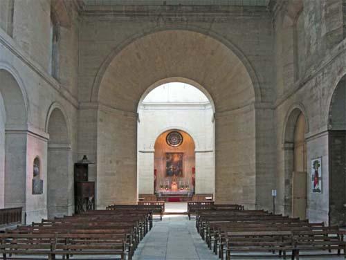 La chapelle de la Salpétrière : l'un des quatre bras et au fond le chœur éclairé par la coupole