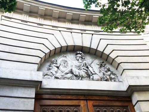 Le tympan sculpté du portail