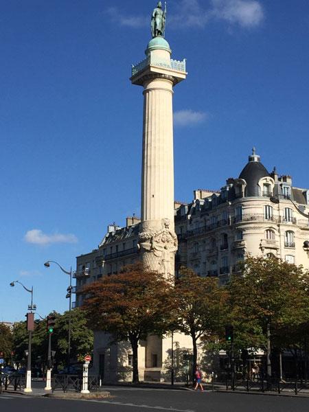 La barrière du Trône : l'une des deux colonnes monumentales