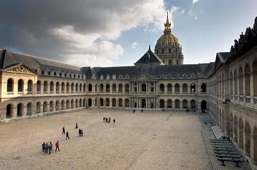 L'hôtel des Invalides : la cour d'honneur