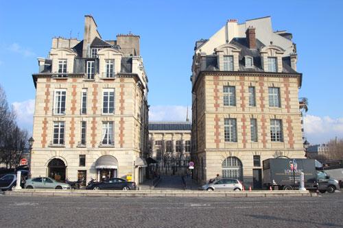 Place Dauphine : les deux pavillons à l'entrée Est