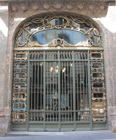 Porte d'entrée surmontée de coquilles Saint-Jacques