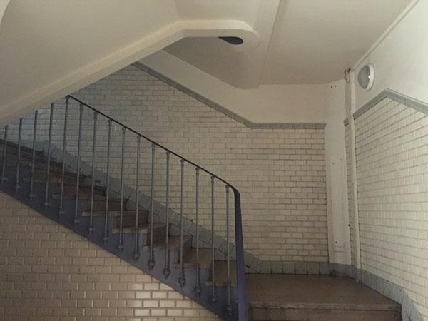 Les HBM de la rue de Prague : cage d'escalier habillée de carreaux de céramique