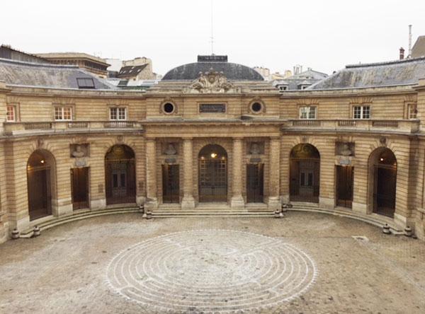 L'Hôtel des Monnaies  : le bâtiment en demi-cercle en fond de cour