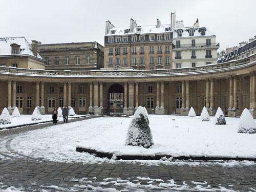 L'hôtel de Soubise : le péristyle entourant la cour d'honneur