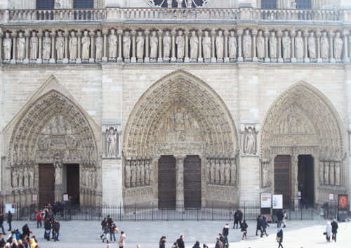 Le parvis de la cathédrale Notre-Dame de Paris