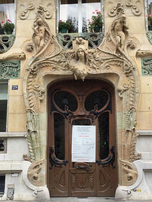 Immeuble d'habitation avenue Rapp : la porte d'entrée
