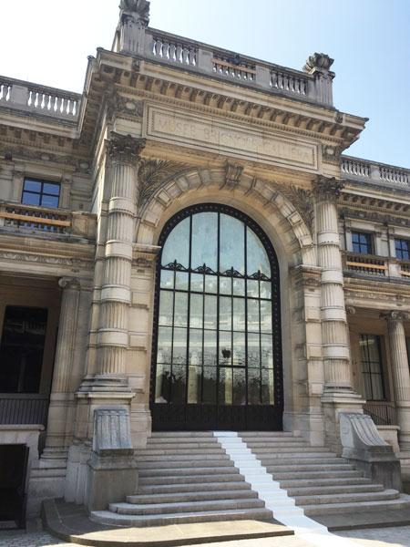 Le musée Galliera : l'entrée située dans la cour d'honneur