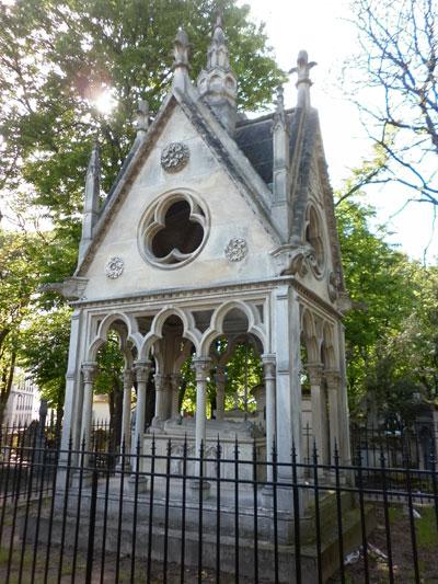 Le cimetière du Père-Lachaise - La tombe d'Héloïse et Abélard