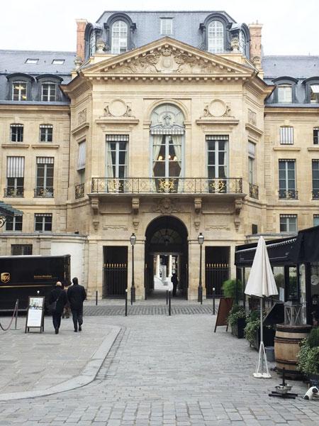 Le Palais-Royal : le pavillon donnant sur la rue de Valois construit par Contant d'Ivry en 1766
