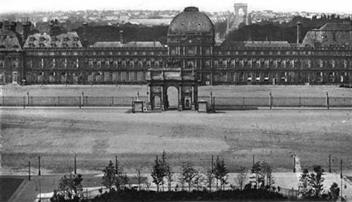 Le palais des Tuileries - Vue depuis la place du Carrousel - Au premier plan : l'arc de triomphe du Carrousel.