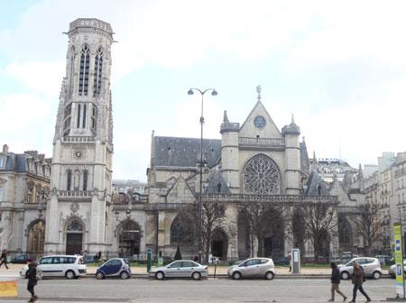 Le beffroi (à gauche) et l'église Saint-Germain-l'Auxerrois (à droite)