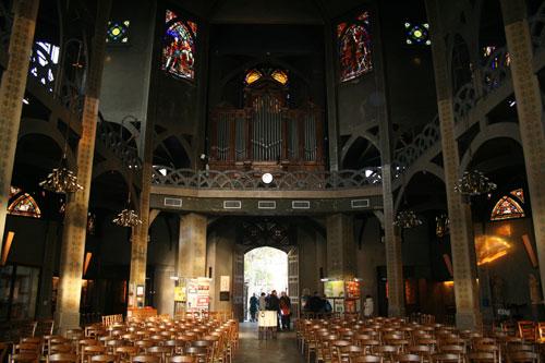 L'église Saint-Jean de Montmartre - La nef en béton peint