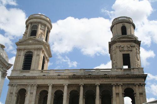 L'église Saint-Sulpice - La balustrade et les deux clochers