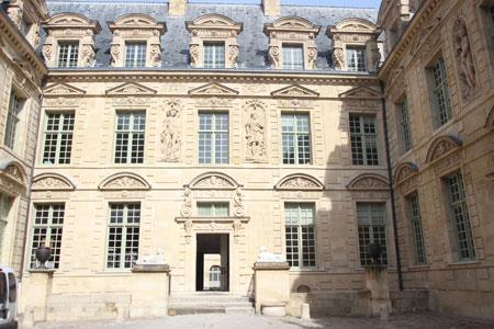 L'hôtel de Sully - La façade sur cour