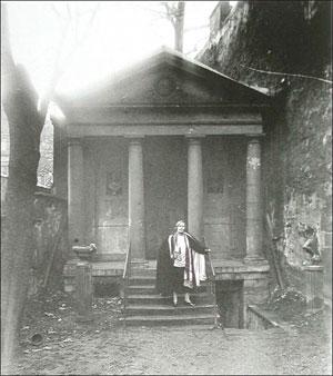 Nathalie Clifford-Barney devant le Temple de l'Amitié