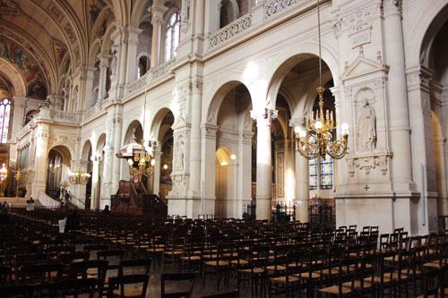 L'église de la Sainte Trinité - Les piliers de la nef et la coursive du premier étage