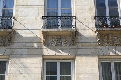 Immeuble, 136 rue Amelot - Les attributs de la Musique