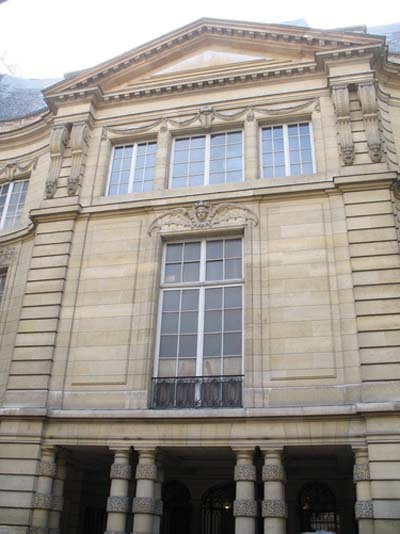 L'hôtel de Béhague : la façade sur cour est dominée par un imposant fronton triangulaire que l'on aperçoit de la rue.