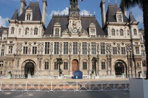 L'hôtel de Ville : façade sur la place de l'Hôtel de Ville