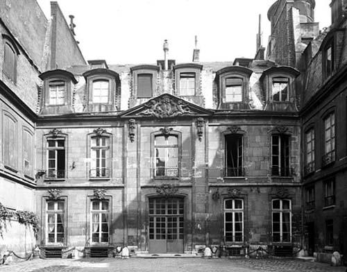 L'Hôtel Gouffier de Thoix - A gauche, le mur renard