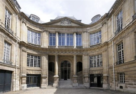 L'Hôtel Lambert - La cour d'honneur et le grand escalier en loggia