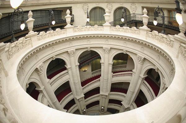 Le siège central du Crédit Lyonnais : l'impressionnant escalier à double révolution