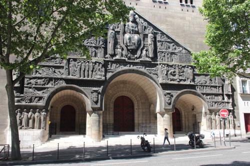L'église Saint-Pierre de Chaillot : le portail sculpté