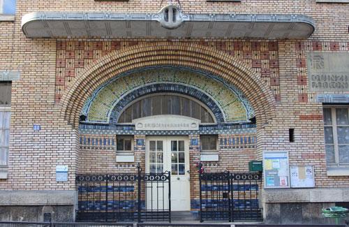 Groupe scolaire, rue Sextius Michel - Le porche d'entrée