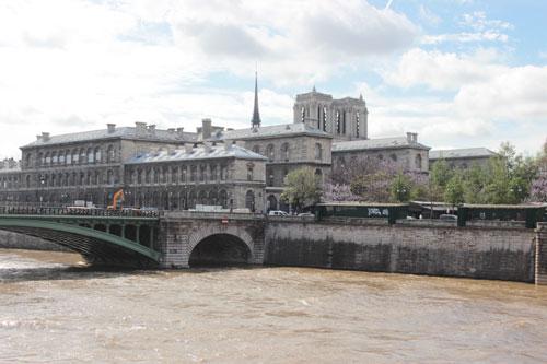 L'hôpital Hôtel-Dieu vu de la Seine