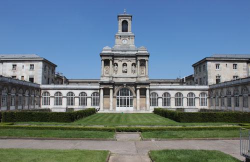 L'hôpital Lariboisière - La chapelle au fond du jardin central