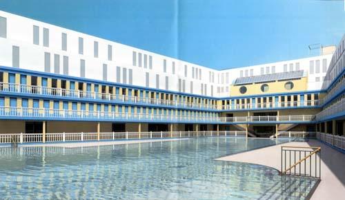 La piscine Molitor actuelle avec l'hôtel surplombant le bassin