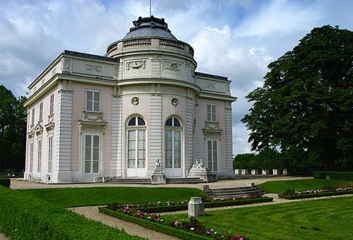 Le château de Bagatelle - La façade donnant sur le parc