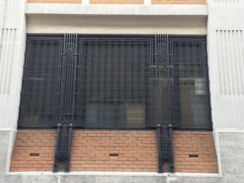Les grilles en fer forgé, façade rue Bergère