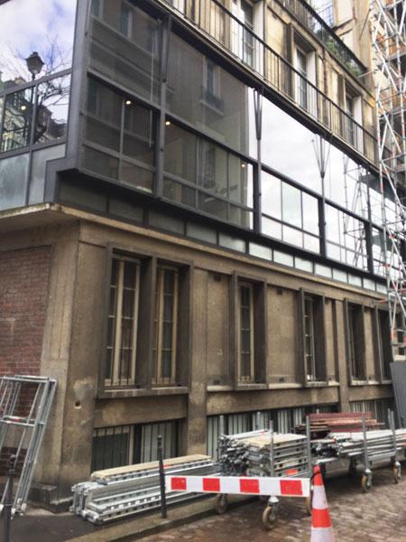 Le mur-rideau éclairant à l'origine l'agence d'architecture de Perret