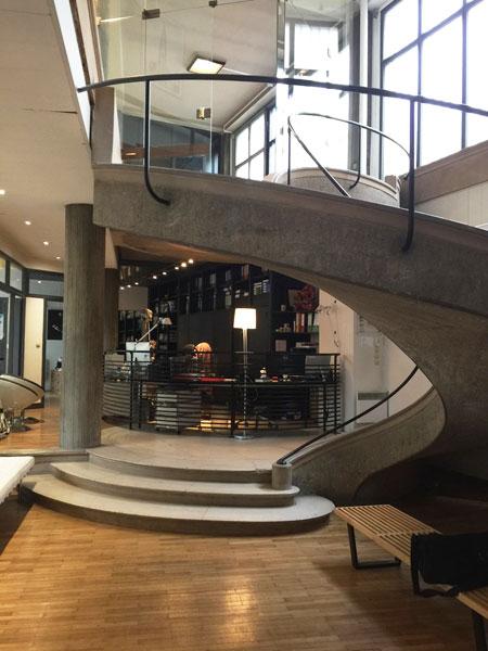 L'escalier tournant qui dessert l'agence d'architecture située au niveau inférieur.