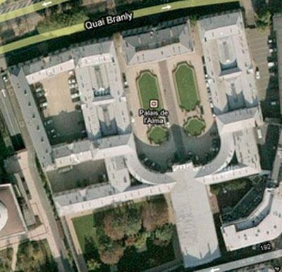 Le Palais de l'Alma (vue aérienne) : l'entrée se situe au nord, sur le quai Branly. Les bâtiments s'organisent autour d'une grande cour