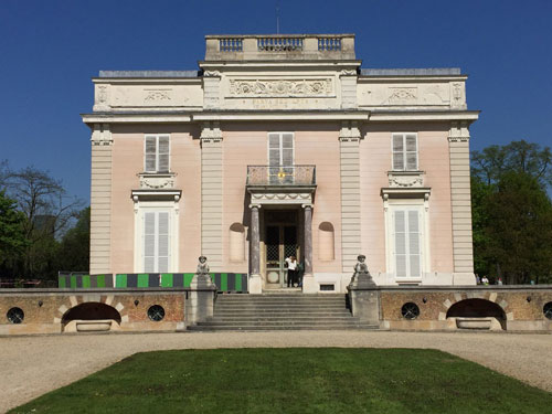 Le château de Bagatelle : la façade donnant sur la cour