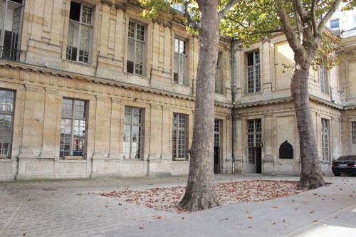 L'hôtel Bouthillier de Chavigny - La grande cour de la caserne