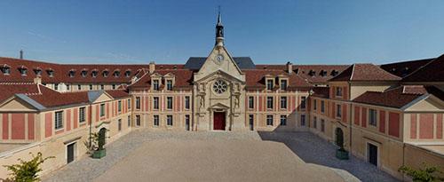 L'hôpital Laennec : la cour axée sur la chapelle