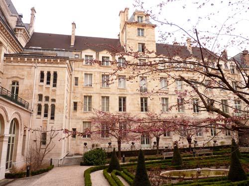 Le lycée Louis-le-Grand - La tour des Cadrans solaires au centre