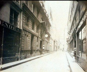 La rue des Bons-Enfants : sur la gauche, le portail de l'hôtel d'Argenson