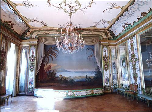L'hôtel de Boisgelin : le théâtre, ajouté dans le goût du XVIIIe siècle italien, est doté de boiseries provenant d'un palais de Palerme