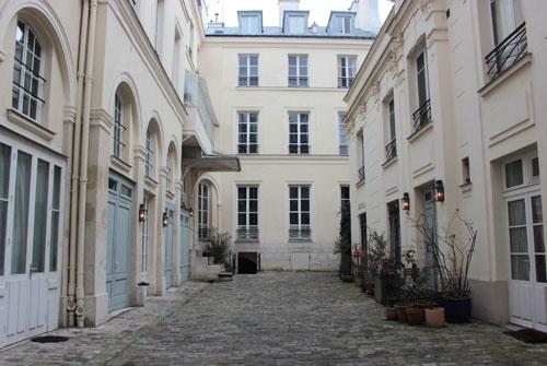 L'hôtel Cardon - La façade sur cour (au fond) - Elle a été entièrement remaniée et a perdu tout son caractère