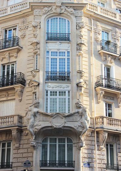 Immeuble d'habitation, rue d'Abbeville - Des cariatides décorent les bow-windows