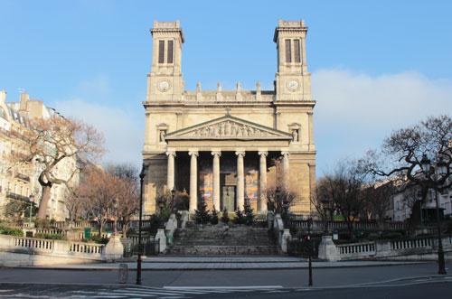 La place Franz Liszt : l'église saint-Vincent de Paul et les rampes pour les calèches