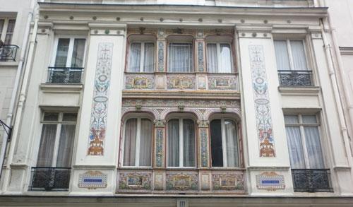 Hôtel Jollivet - Détail des tableaux en terre cuite émaillée