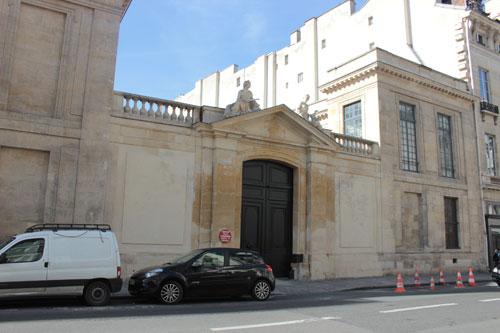 L'hôtel de Brancas - Le portail et les bâtiments dans sur la rue